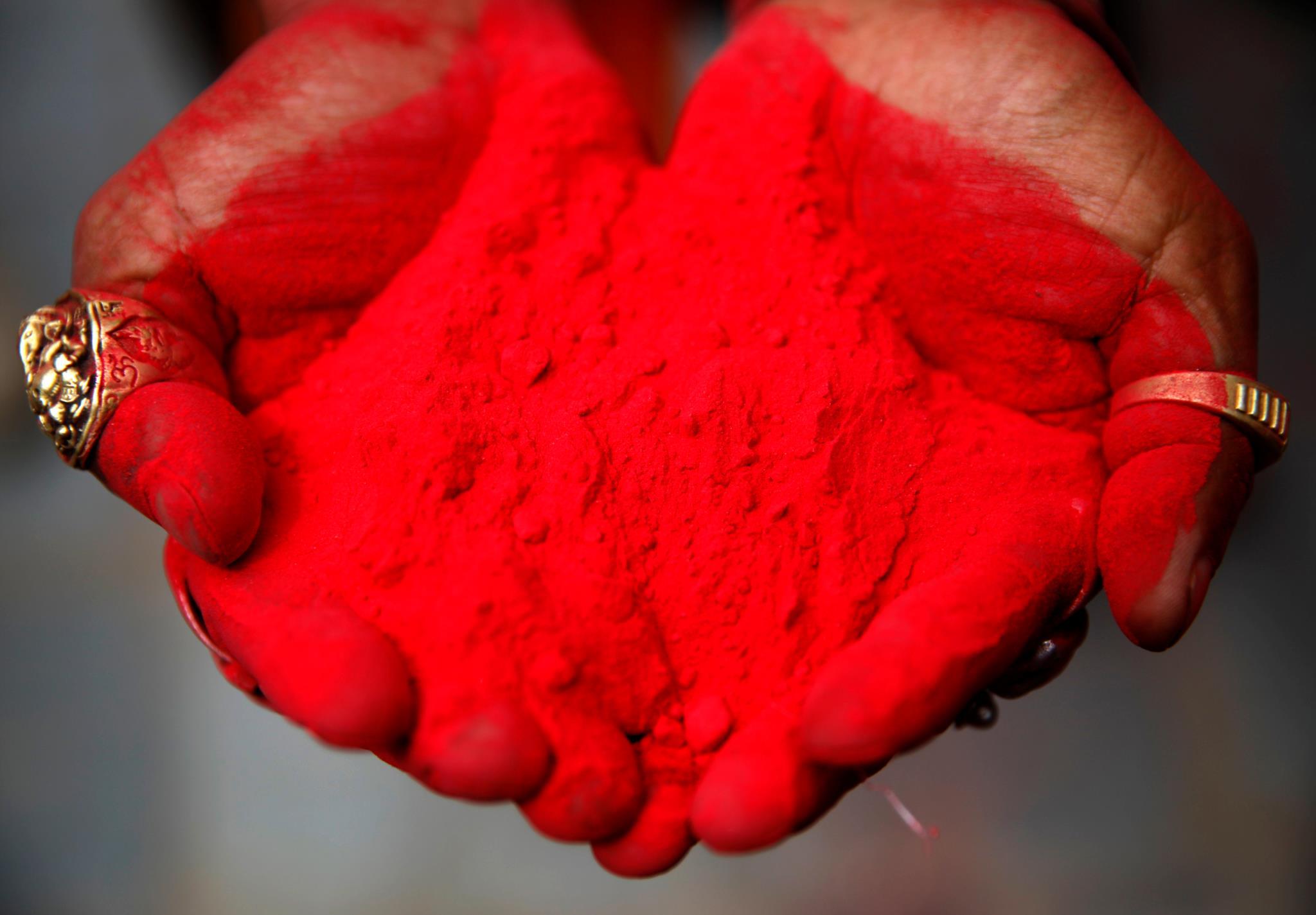 O pó vermelho que será lançado ao ar no Nepal, onde o Festival das Cores também é celebrado