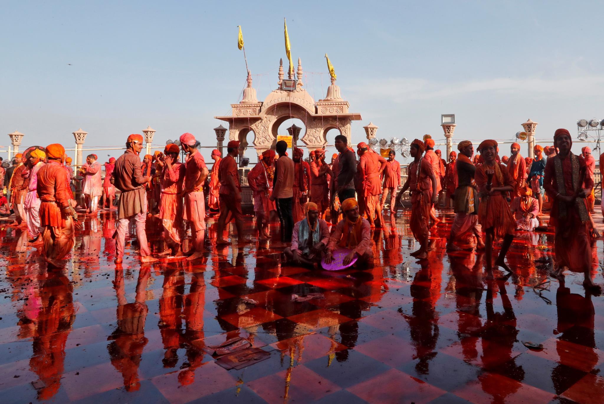 O Festival das Cores num templo na cidade de Barsana, no estado de Uttar Pradesh (Índia)