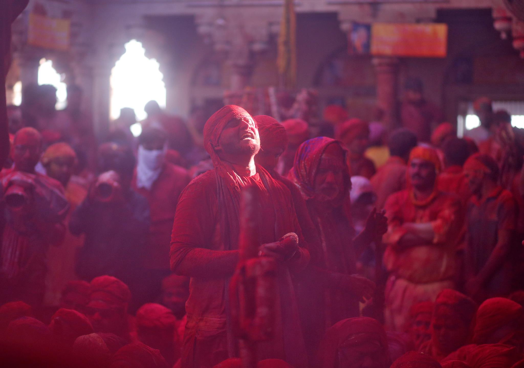 Um homem canta hinos religiosos durante as celebrações do Festival das Cores na Índia