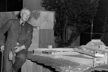 Frank Lloyd Wright com um modelo desenhado por si numa exposição no MoMA