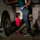 Crying Girl on the Border, prémio fotografia do ano: a hondurenha Yanela Sanchez chora ao ver a mãe detida por guardas fronteiriços norte-americanos em McAllen, no Texas