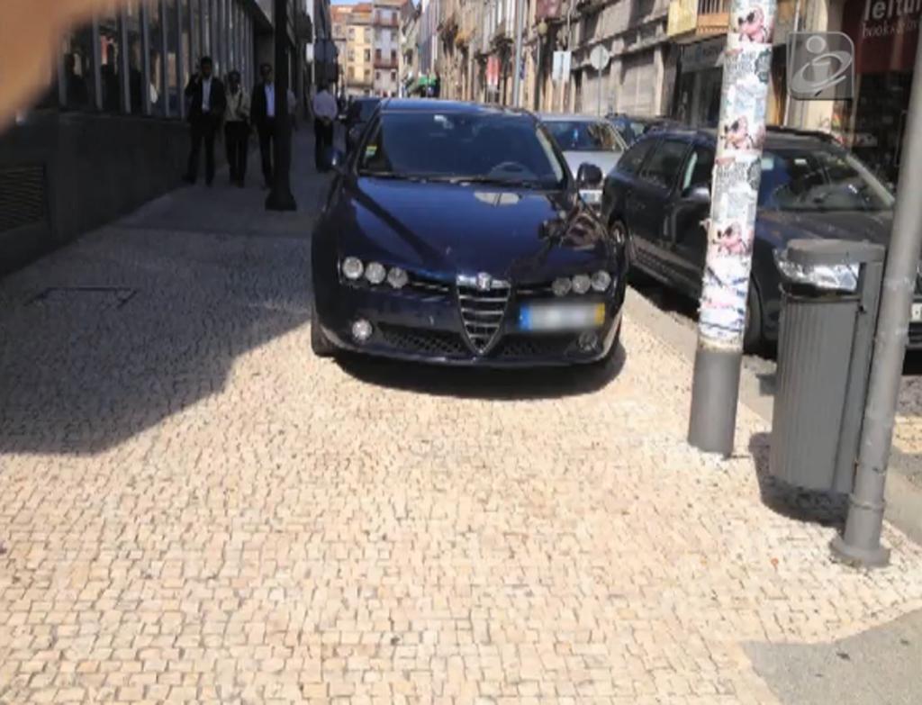 O carro da PSP em cima do passeio, no Porto