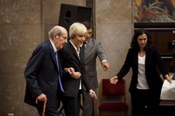Oliveira, 103 anos, entrou no salão apoiado na bengala e de braço dado com Assunção Esteves