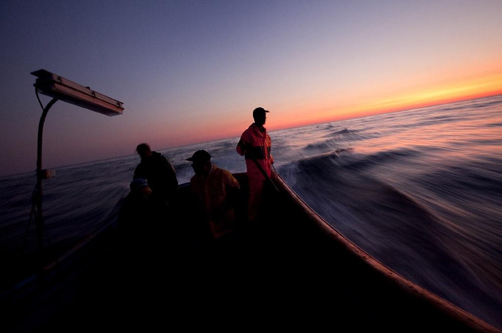 <p>Pescadores da Costa da Caparica pescam na Fonte da Telha</p>