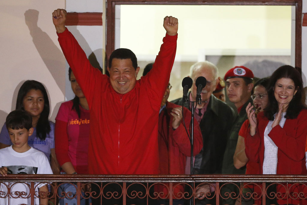 Chávez celebra a vitória no Palácio Miraflores<b>Jorge Silva/Reuters</b>