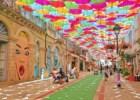 O céu de chapéus-de-chuva que faz Águeda brilhar no Verão