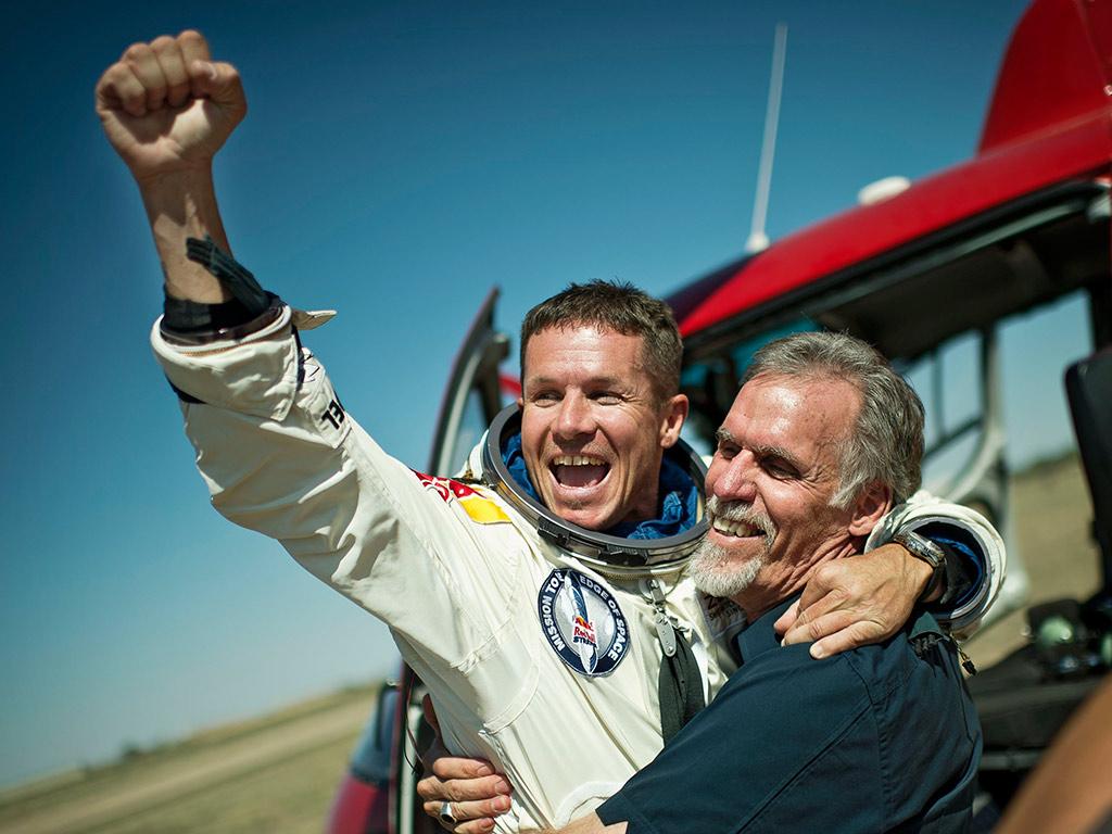 Baumgartner celebra o feito ao lado do director do projecto, Art Thompson