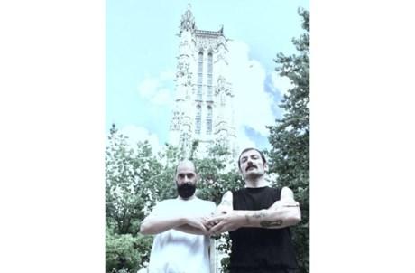 João Pedro Vale e Nuno Alexandre Ferreira em frente à Tour Saint Jacques, em Paris, tal como Mário Cesariny na capa da edição de 2000 do seu livro