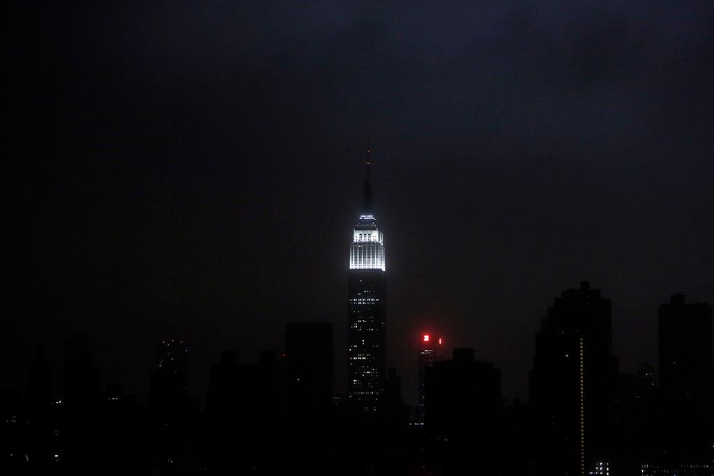 Uma imagem rara: o horizonte de Manhattan às escuras, com excepção do Empire State Building<b>Foto: Gary He/Reuters</b>
