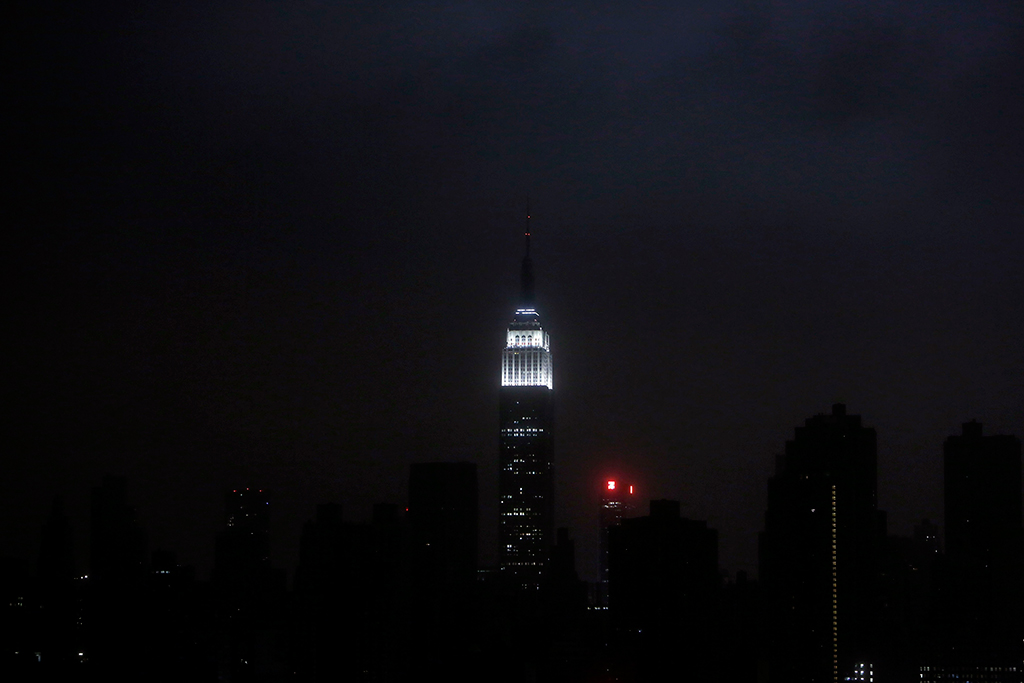 Uma imagem rara: o horizonte de Manhattan às escuras, com excepção do Empire State Building