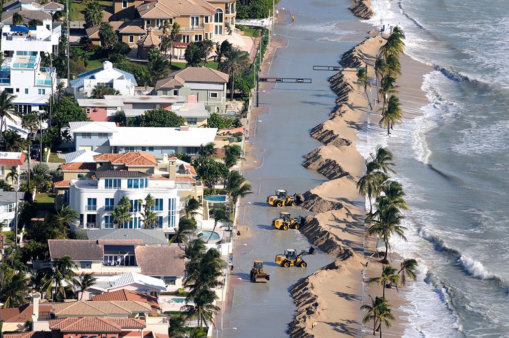 Trabalhadores limpam areia arrastada para a estrada na Florida, em Fort Lauderdale<b>Foto: Susan Stocker/Sun Sentinel/MCT</b>