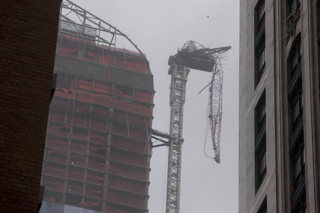 Grua danificada em Manhattan obrigou à evacuação de prédios vizinhos<b>Foto: Andrew Kelly/Reuters</b>