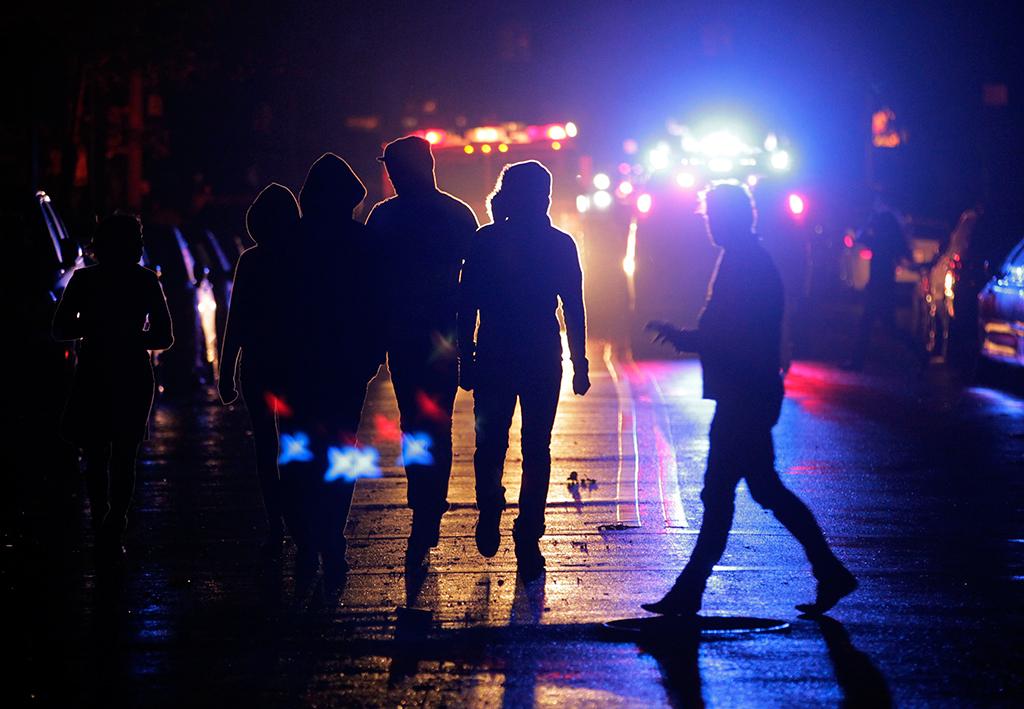 Luzes de emergência iluminam as ruas escuras de Nova Iorque após a passagem da tempestade<b>Foto: Brendan McDermid/Reuters</b>
