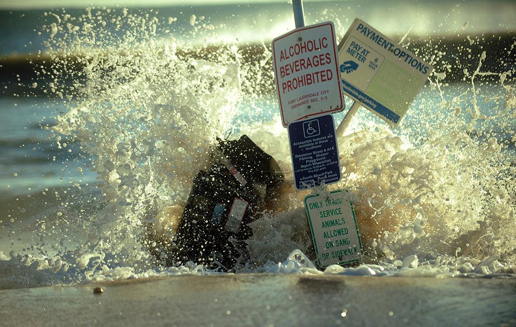 Ondas galgaram a praia de Fort Lauderdale, na Florida<b>Foto: Joe Cavaretta/Sun Sentinel/MCT</b>