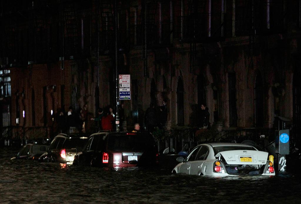 Carros apanhados em inundação no Lower East Side de Manhattan<b>Foto: Brendan McDermid/Reuters</b>