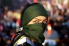 Uma jovem manifestante iraquiana de rosto tapado em Bagdad
