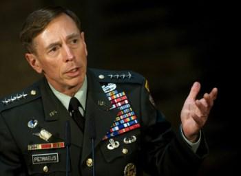 A carreira de David Petraeus, 60 anos, parece ser a própria imagem da disciplina e do rigor