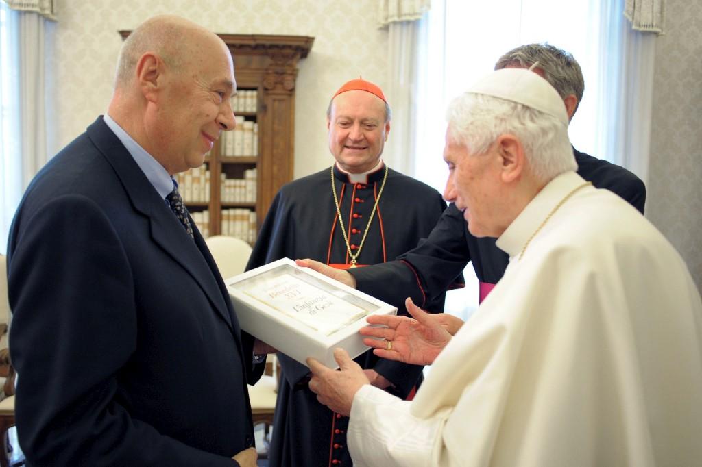 Papa a receber cópia do livro