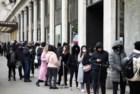 Pessoas fazem fila para entrar numa loja em Oxford Street, uma das ruas mais movimentadas de Londes