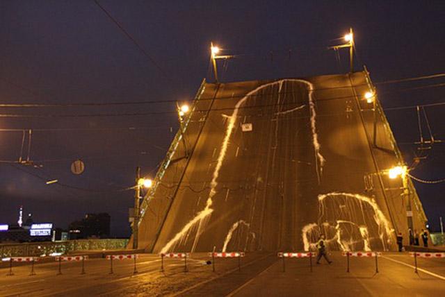 Artistas pintam pénis gigante em ponte de São Petersburgo