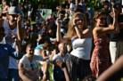 Enquanto Guimar&atilde;es vai tecendo uma bienal, Leiria recebe a comunidade g&oacute;tica entre muralhas, Montemor-o-Velho move-se com m&uacute;sica forte e &Eacute;vora dan&ccedil;a um amor tr&aacute;gico. Lisboa sai &agrave; rua com um vasto programa de Ver&atilde;o e tamb&eacute;m &eacute; palco d&#39; &quot;As Confiss&otilde;es Verdadeiras de Um Terrorista Albino&quot;. Aos cinemas chega a hist&oacute;ria de luta de Joaquim Pinto.<br /><br />Montagem: Vera Moutinho | Locu&ccedil;&atilde;o: Cl&aacute;udia Alpendre
