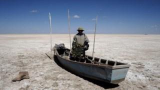 Pescador no leito seco do lago Poopo, Bolívia