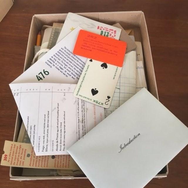 """""""O Livro do Desassossego"""" enfiado numa caixa, num lápis"""