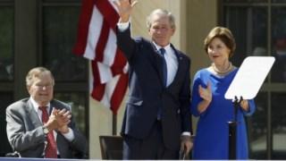George H.W. Bush, George W. Bush e Laura Bush, numa imagem datada de 2013