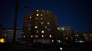 Os prédios estão sem luz no interior