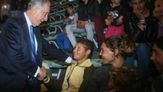 Marcelo visitou a comunidade cignana que está provisoriamente instalada num pavilhão gimnodesportivo