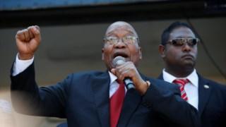 Jacob Zuma discursa perante os seus apoiantes à porta do tribunal de Durban