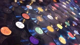 A performance Vinyl Arcade consiste na construção de uma pista coberta de discos de vinil Pedro Almeida