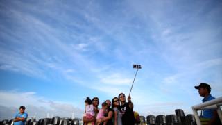 Selfie sticks são potencialmente perigosos, diz organização de um dos festivais Damir Sagolj/ Reuters