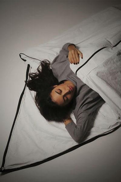 Casaco se transforma em saco de dormir para ajudar pessoas