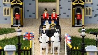 Harry e Meghan numa réplica de uma carruagem Ascot Landau Legoland