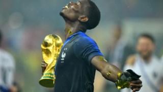Pogba já com o troféu de campeão do mundo na mão