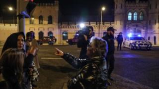 Familiares a protestarem em frente à Cadeia de Lisboa no dia em que houve o motim.