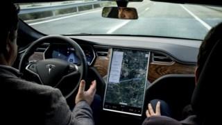 Um Tesla a circular em estradas portuguesas