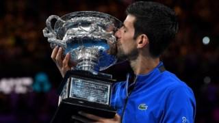 Djokovic com o troféu ganho no Open da Austrália