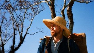 "Dafoe é extraordinário, abandonando-se de corpo e alma à ""loucura normal"" de Van Gogh"