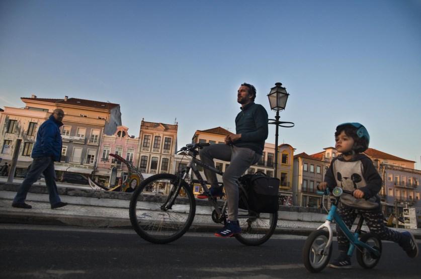 Pretende-se, coma as medidas, entre outros objetivos, colocar Portugal ao nível de outros países onde a prática do uso de bicicletas já está enraizada. Foto: Público.