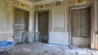 Da sala principal da Casa da Pesca desapareceram dois painéis de azulejos, mas já outros tinham sido roubados