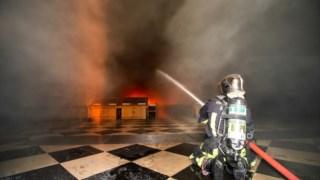 Imagem divulgada pelos bombeiros que regista o seu trabalho no interior da catedral no dia do incêndio