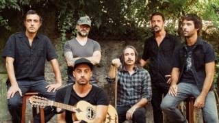 A banda estreou-se em 2009 com o EP <i>Dona Ligeirinha</i>, porta de entrada no cruzamente entre linguagens rock e a tradição popular portuguesa que definiu a sua marca identitária