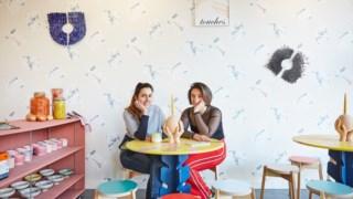 Inês Neto dos Santos, à esquerda e Huma Kabacki, co-curadoras do café-exposição <i>Tender Touches</i>