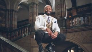 O retrato oficial de Magid Magid em 2018, quando ocupou o cargo cerimonial de prefeito de Sheffield, Inglaterra