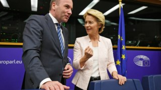 Ursula von der Leyen, com o líder do PPE, Manfred Weber, antes da reunião em Estrasburgo
