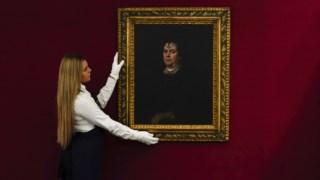 Um membro da Sotheby's de Londres prepara o retrato de <i>Donna</i> Olimpia para a exposição que antecedeu o leilão