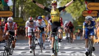 Wout van Aert cruzou a meta em primeiro lugar