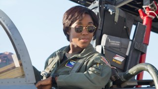 Lashana Lynch no papel da piloto Maria Rambeau em <i>Captain Marvel</i>